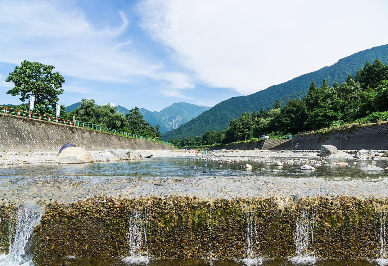 田舎体験 清流で川遊び 夏の空